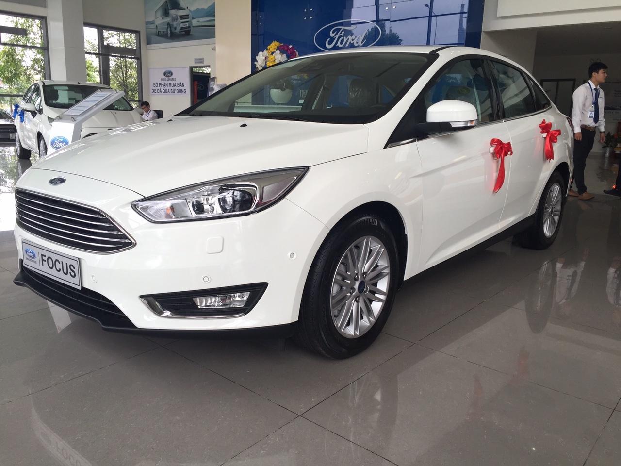 Hình Ảnh Xe Ford Focus Titanium 2018 4 Cửa Màu trắng Mới